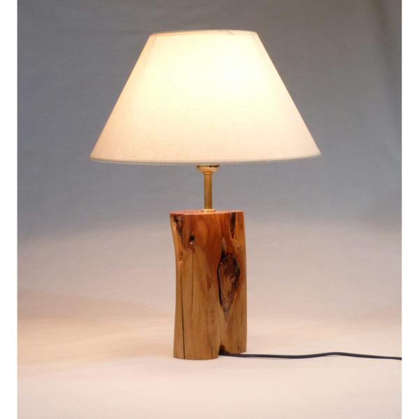 lámpara de enebro con pantalla cónica blanca