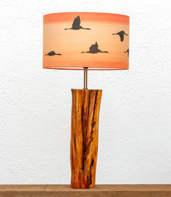 Lámpara Atardecer pantalla Grullas-naranja - Lámpara de mesa de madera de Enebro encerada con Pantalla Grullas en naranja - yolpiq/036-dn