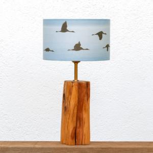 Lámpara Cueva Grullas - Lámpara de mesa, de madera de Enebro encerada, con pantalla Grullas azúl - Yolpiq/038 -dn