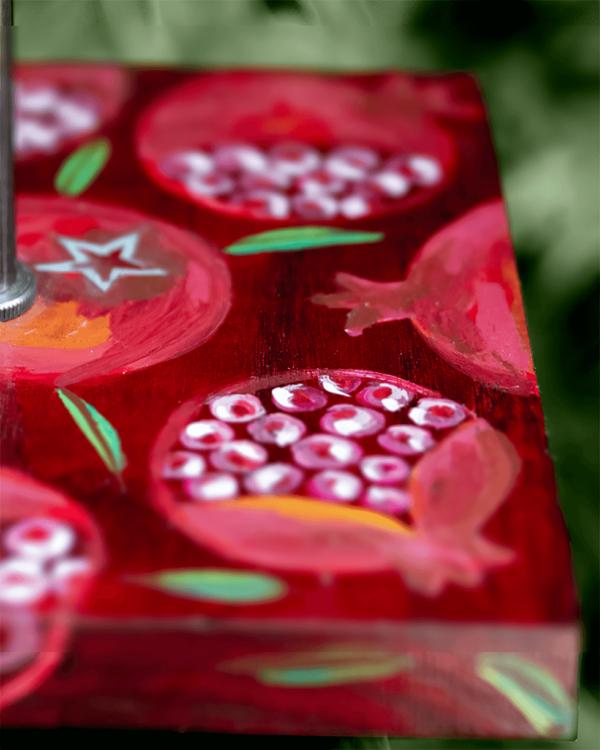 Lámpara Granadas detalle - Detalle de la Lámpara de mesa, de madera de Castaño pintado motivo Granadas por Yolpiq/066 -dn