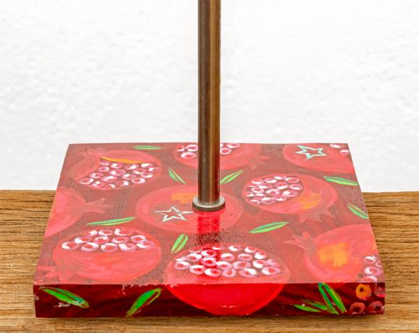 Lámpara Granadas detalle1 - Detalle de la Lámpara de mesa, de madera de Castaño pintado motivo Granadas por Yolpiq/066 -dn