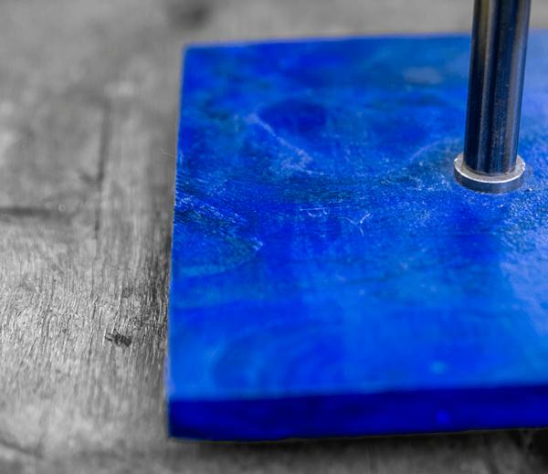 Lámpara Mar detalle de la madera de Castaño teñida en azúl, portapantalla Yolpiq/030 -dn