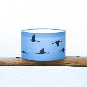 Pantalla Grullas azul - Yolpiq-p12 - Pantalla cilíndrica, tejido lino y algodón, motivo Grullas volando tono azúl de Diseño Natural.