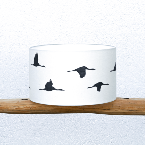 Pantalla Grullas blanca - Pantalla Yolpiq-p13 - Pantalla cilíndrica de tejido natural, mezcla lino y algodón, diseño Grullas en color blanco y negro de Diseño Natural.