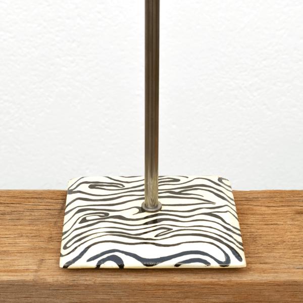 Lámpara Cebra detalle2 - Detalle de la Base de Lámpara Cebra blanco y negro, en madera de Castaño - Yolpiq/071 - dn