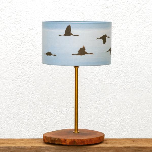 Lámpara Dehesa Grullas azúl - Lámpara de mesa, de madera de Alcornoque encerada, belleza natural en la Base de la Lámpara Yolpiq/009 y Pantalla cilíndrica Grullas azúl - dn