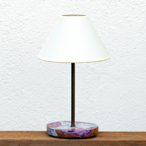 Lámpara Lirio pantalla blanca - Lámpara de mesa de madera de Nogal pintado con óleos motivo Lirio, pantalla blanca - Yolpiq/064 -dn
