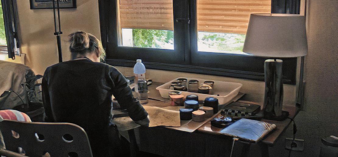 Yolanda escritorio trabajando - Empresa Yolpiq